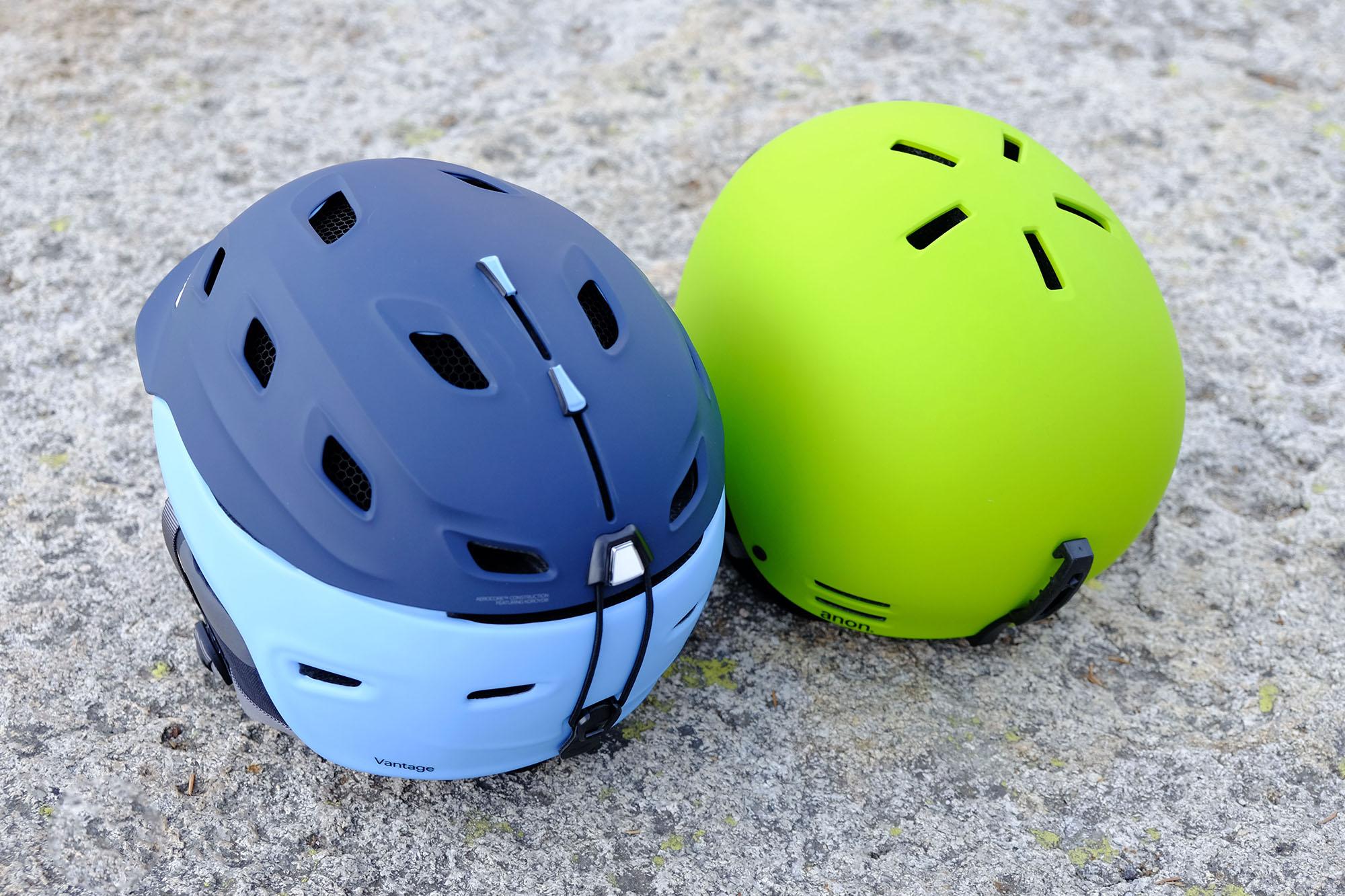 Активная вентиляция (шлем слева) и пассивная (справа)